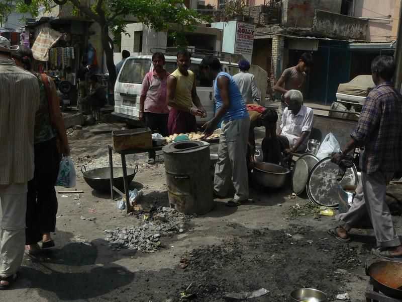 Cuisine dans la rue sur un bidon