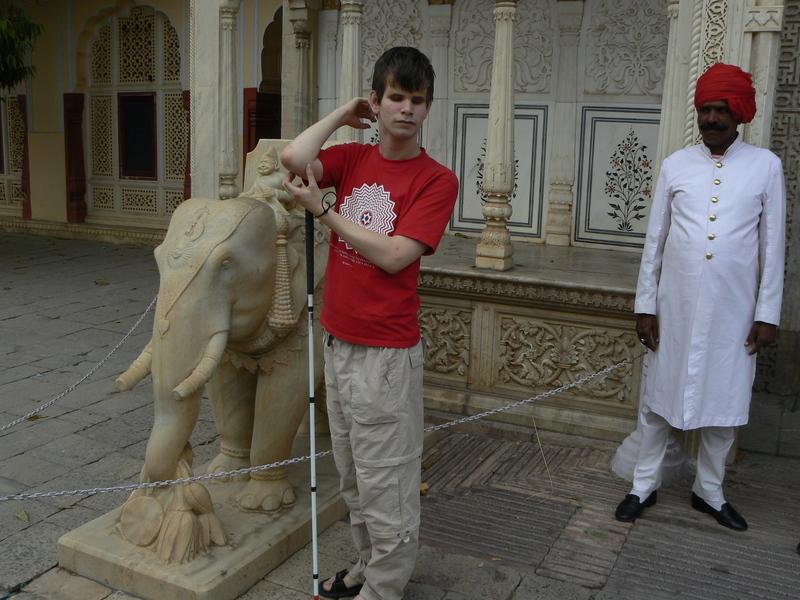 Gabriel découvre une statue d'éléphant
