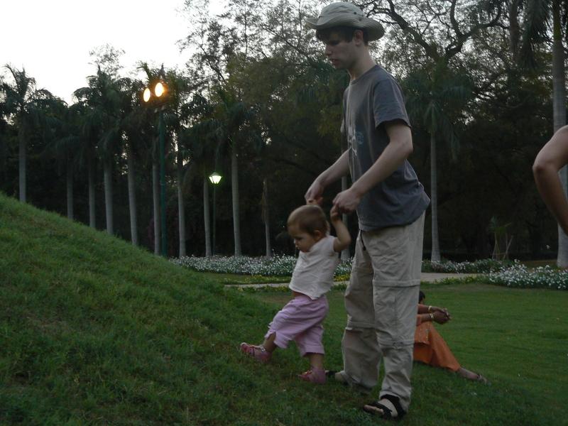 Gabriel fait marcher Nitika à Lodhi Garden