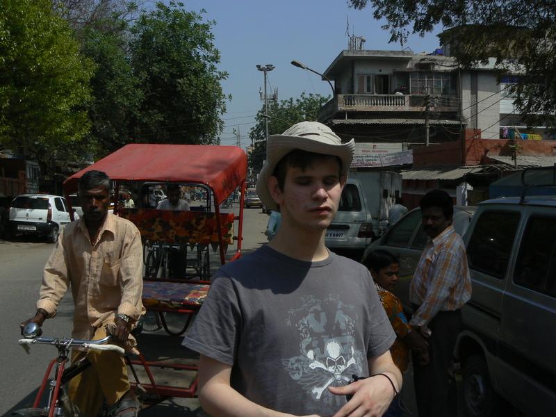 Gabriel dans la rue entre Boghol et Jangpura