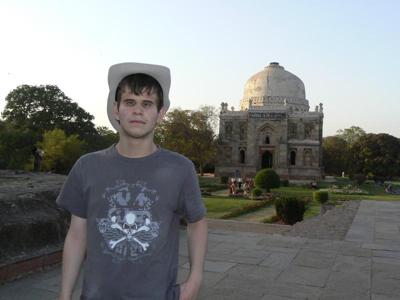 Gabriel devant un des tombeaux à Lodhi Garden