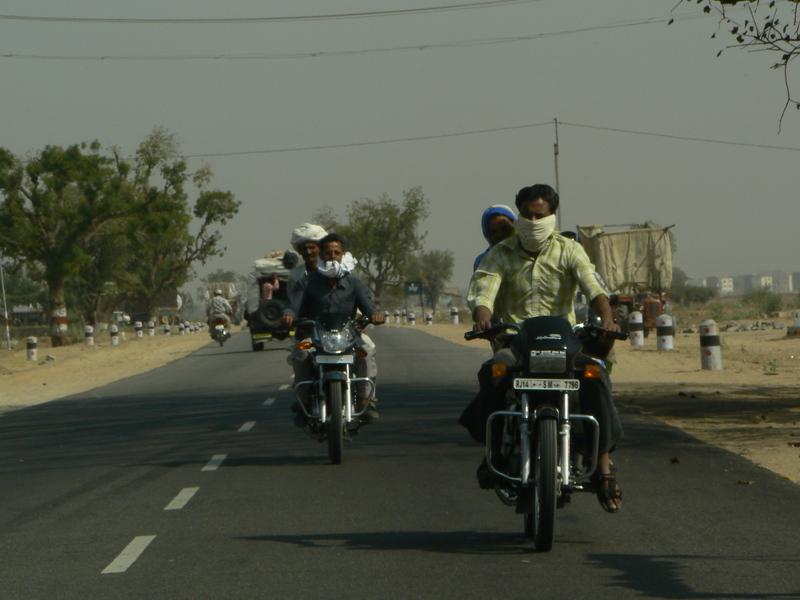 La route: un casque? pour quoi faire? ça protège pas de la poussière