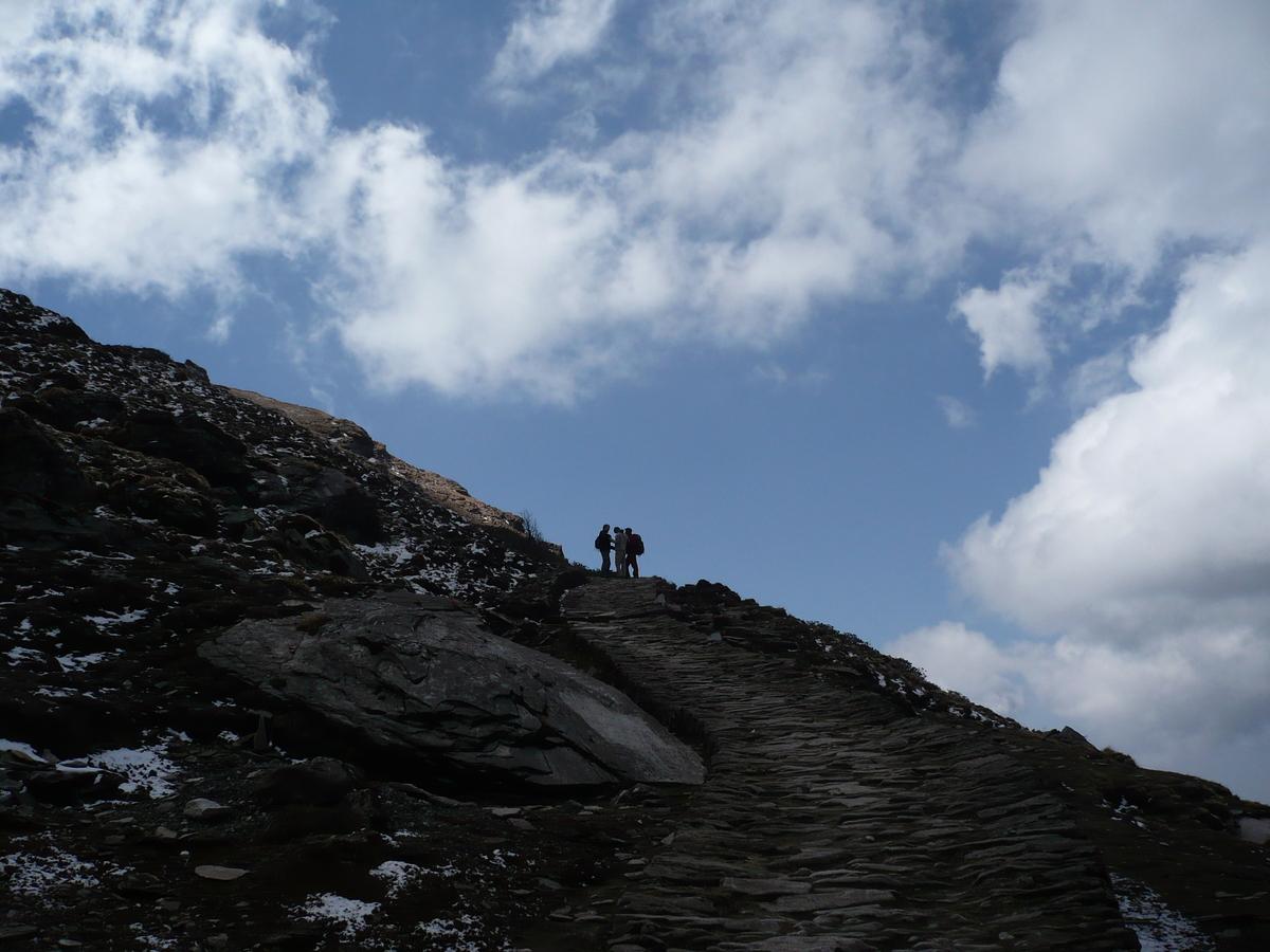 Les randonneurs sur fond de ciel bleu