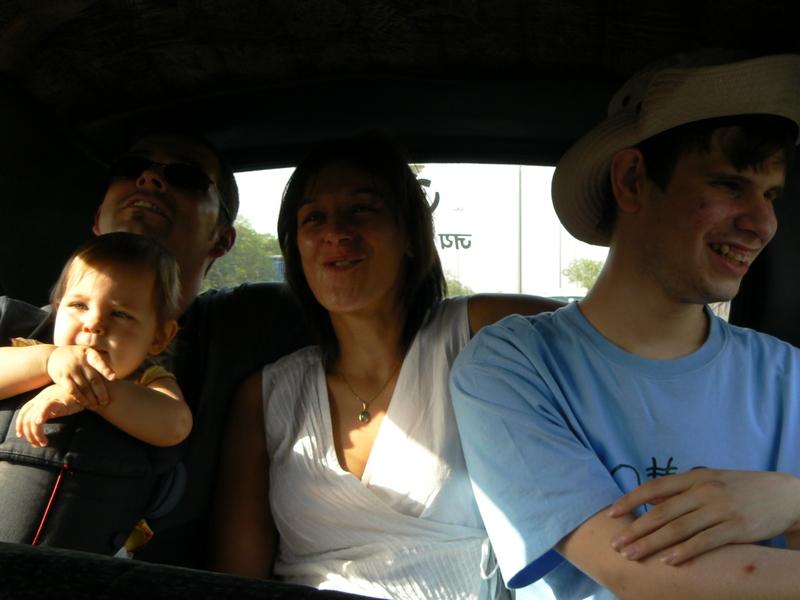 On est serrés dans ce taxi!