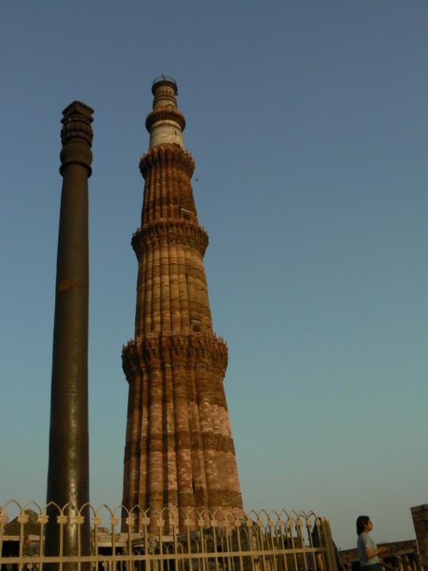 Le minaret et une petite tour métallique juste à côté, dans la cour de la mosquée.
