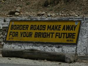 Panneaux routiers dans la montagne